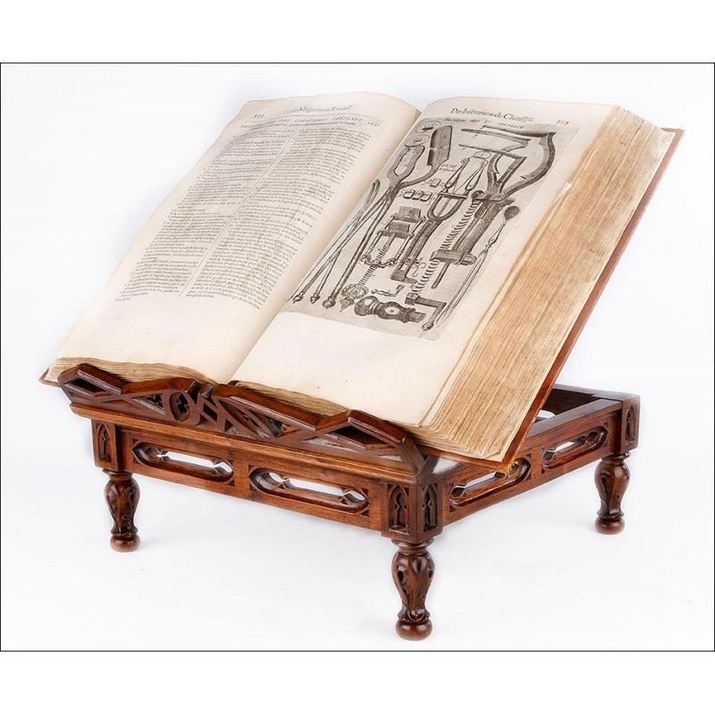 Magnífico Atril Antiguo de Estilo Neogótico y Tallado a Mano . Francia, Siglo XIX