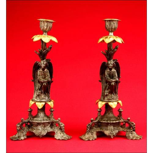 Pareja de Decorativos Candeleros en Calamina Patinada y Bronce. 1880-1900.