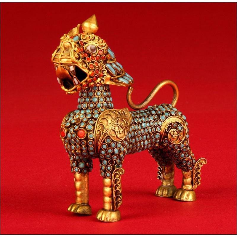Figura Asiática en Forma de León Tradicional, Siglo XX. Coral y turquesas