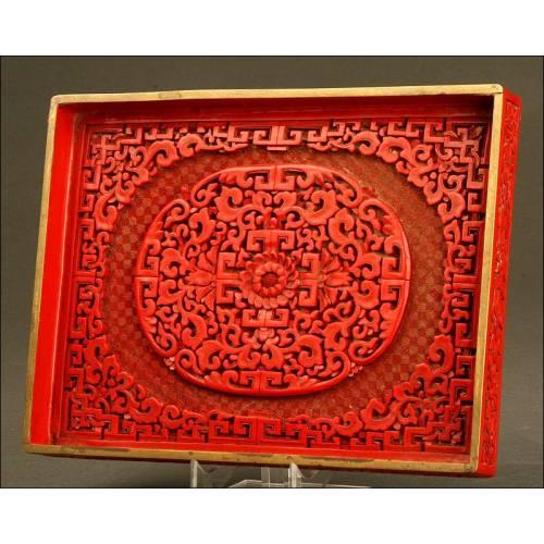 Antigua Bandeja China en Madera Lacada, Primer Tercio del Siglo XX. Paisaje Esgrafiado en la Parte Posterior
