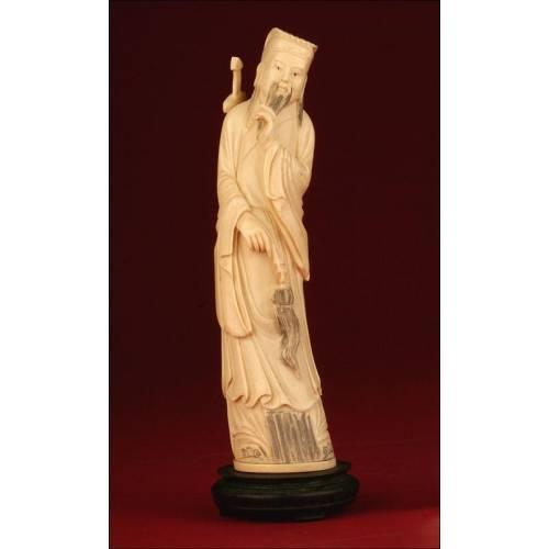 Figura China Realizada en Marfil en el Siglo XIX. Representa a el Inmortal Lü Donbing, un Personaje Mitológico