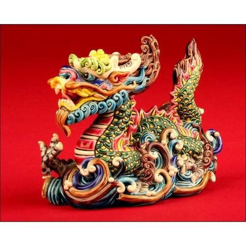 Dragón de Porcelana China en Múltiples Colores. Finales del S. XX. Edición Limitada de Gran Belleza