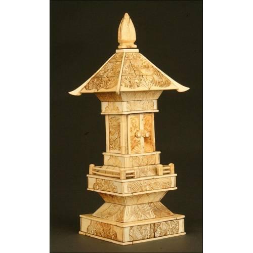 Pagoda China en Marfil Tallado. Siglo XIX. Contiene un Buda tras las Puertas Superiores.