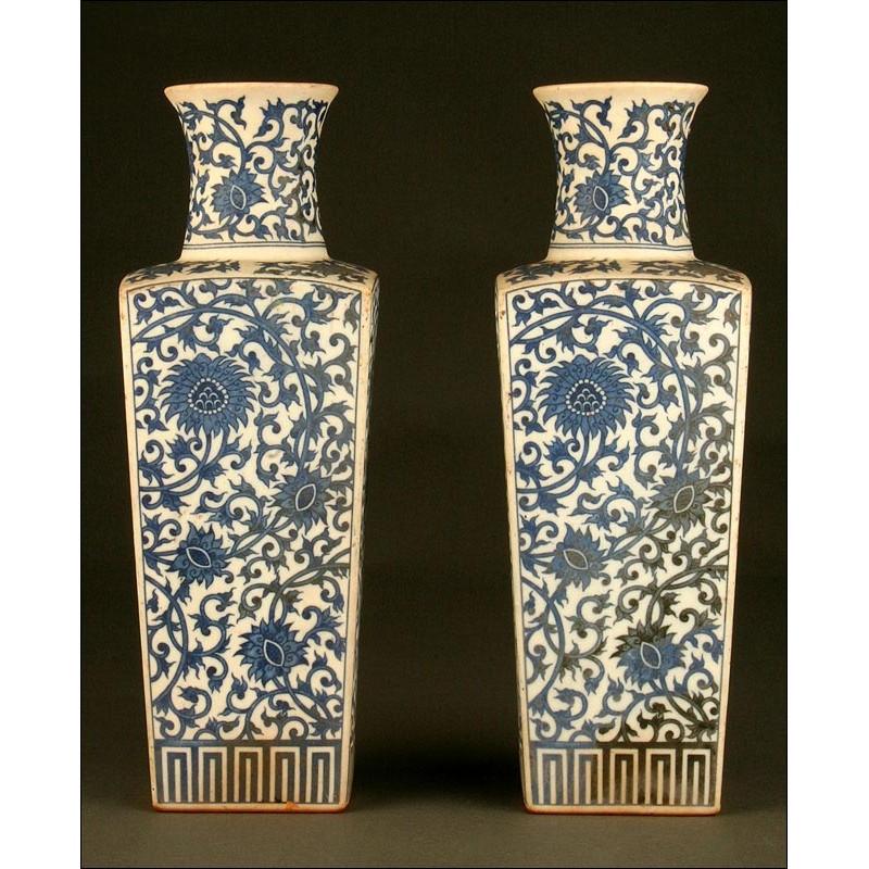 Elegante Pareja de Vasos Chinos en Porcelana Azul y Blanca, Siglo XIX. Sello Imperial de Qianlong
