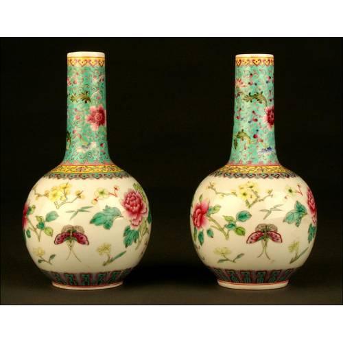 Preciosa Pareja de Porcelana China. Familia Verde. Finales del Siglo XIX. Sello de Qianlong