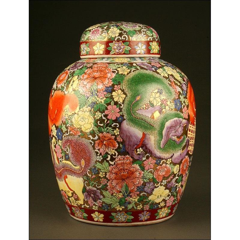 Impresionante Jarrón Chino de Porcelana. Leones Grabados y Pintados a Mano. S. XIX