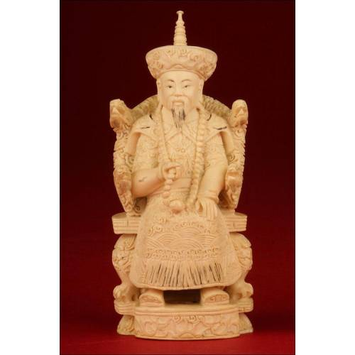 Emperador Chino en Marfil. Profusamente Tallada a Mano. Siglo XIX.