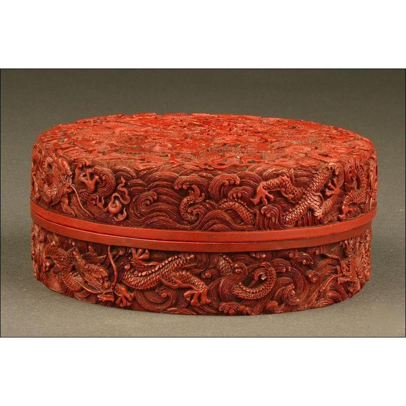 Preciosa Caja China en Laca Roja Tallada, S. XIX. Interior Lacado en Negro. En Buen Estado de Conservación